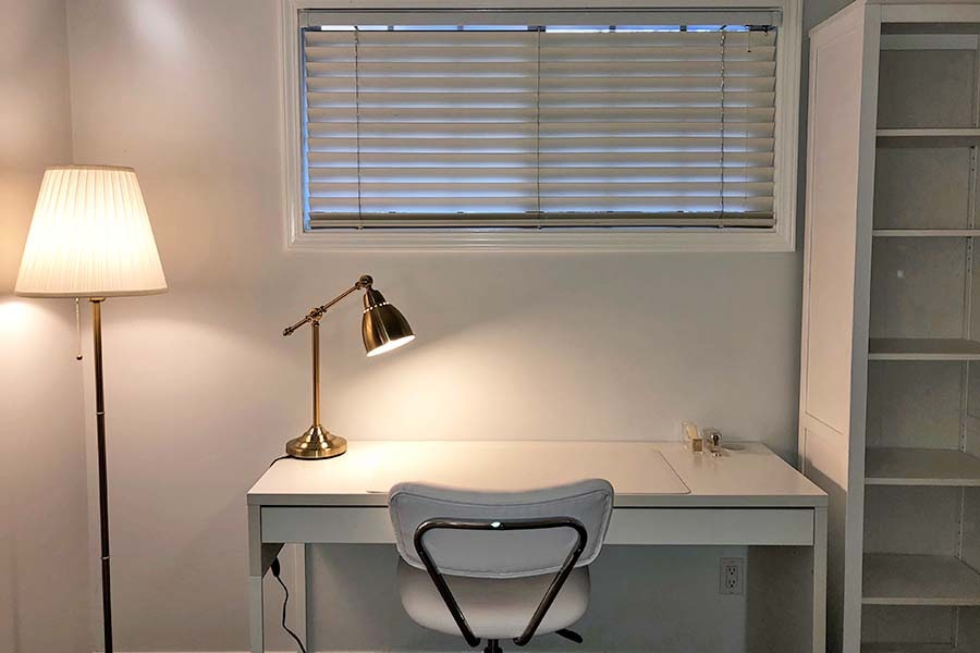 The+author%27s+desk+looks+just+about+as+clean+as+can+be%2C+thanks+to+minimalism.+